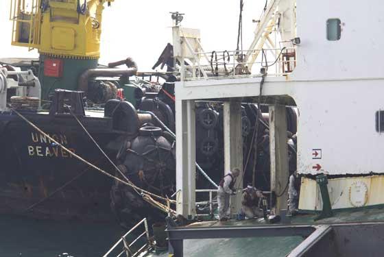 El fuel del 'Fedra' llega a Tarifa