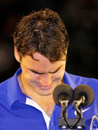 El suizo Roger Federer no puede evitar el llanto durante la entrega de trofeos del Abierto de Australia./ Tim Winborne (Reuters)
