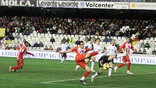 El Almería realizó un gran partido en Mestalla pero no logró ni un solo punto por los errores del colegiado y por algunos desajustes en defensa.  Foto: Víctor Manuel