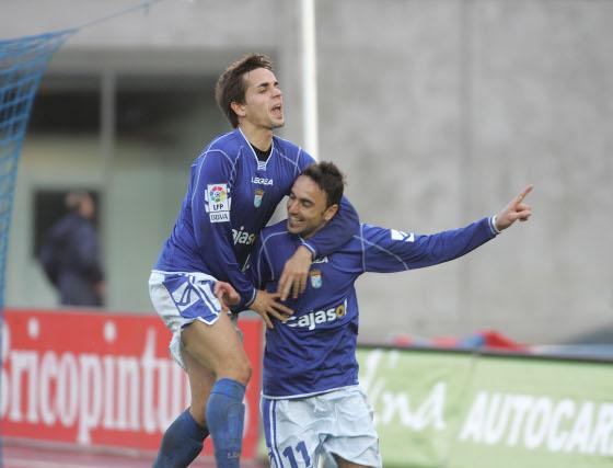 Carlos Calvo celebra junto a Momo el tanto de penalti anotado por el jugador canario.  Foto: Pascual