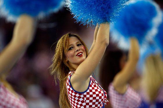 Una 'Cheerleader' baila durante la final del Mundial de Balonmano entre Francia y Croacia, pais anfitrión./ Damir Sagolj (Reuters)
