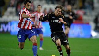 Diego Capel y Sastre luchan por el esférico.  Foto: Felix Ordo?