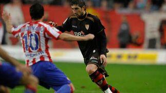 Dragutinovic controla el balón ante la presencia de Maldonado.  Foto: Felix Ordo?