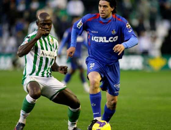 Emaná y Contra pugnan por el balón.  Foto: Antonio Pizarro