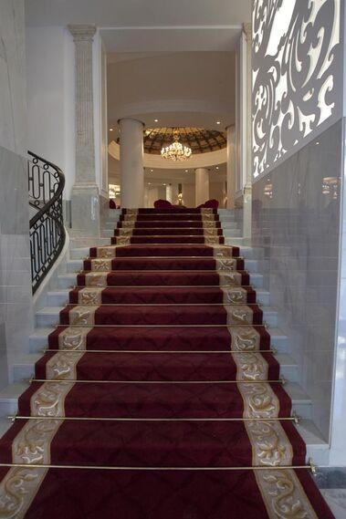 Escaleras del hotel cubiertas por una alfombra roja.  Foto: Jaime Martinez