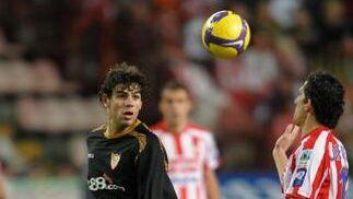 Fazio y Camacho observan el balón para hacerse con él.  Foto: Felix Ordo?