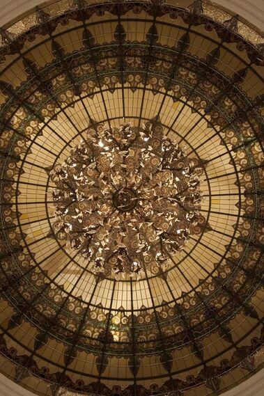 Gran lámpara en el techo del hotel.  Foto: Jaime Martinez