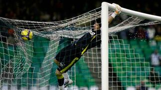 Jacobo se agarra al larguero después de un gol del Betis.  Foto: Antonio Pizarro