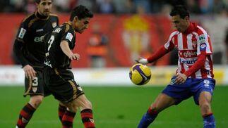 Jesús Navas y Carmelo pugnan por el balón ante la mirada de Dragutinovic.  Foto: Felix Ordo?