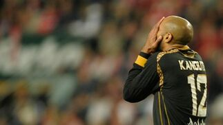 Kanoute se lleva las manos a la cabeza en un momento de partido.  Foto: Felix Ordo?
