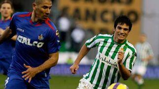 Mark González corre para hacer suyo el esférico.  Foto: Antonio Pizarro