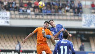 Moreno salta con Torrecilla en una de las 'batallas' más llamativas de la tarde.  Foto: Pascual
