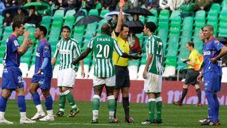 Muñiz Fernández saca tarjeta roja a Juande en el minuto 32 de partido.  Foto: Antonio Pizarro