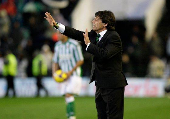 Paco Chaparro da instrucciones a sus jugadores desde la banda.  Foto: Antonio Pizarro
