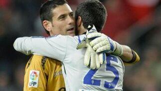 Palop y Lafuente se abrazan tras finalizar el partido.  Foto: Felix Ordo?