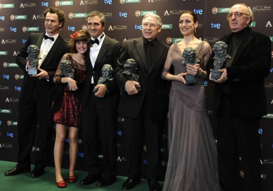 """Las seis estatuillas de la gran triunfadora de los Premios Goya 2009, """"Camino""""./ Pedro Armestre (Afp photo)"""