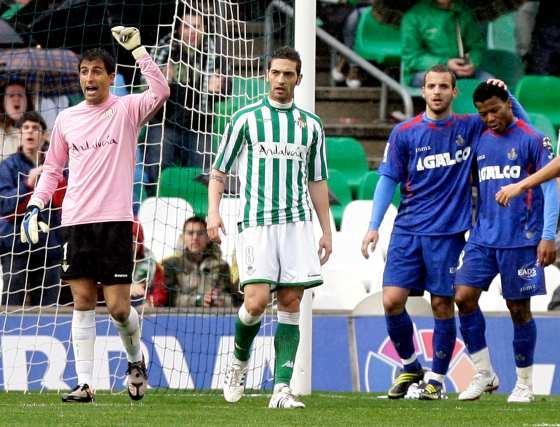 Ricardo, decisivo en varias detenciones, como la del penalti que lanzó Soldado, realiza una indicación ante Arzu.  Foto: Antonio Pizarro