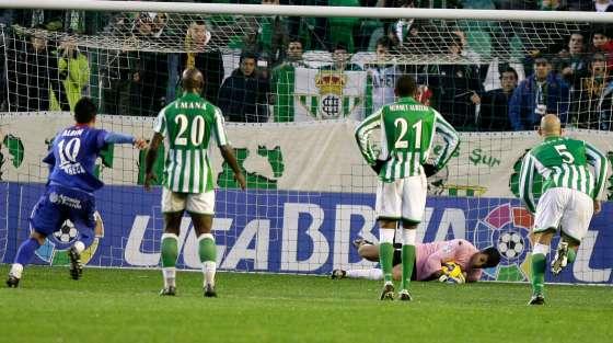 Ricardo para un balón ante un disparo de Albín.  Foto: Antonio Pizarro