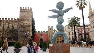 Una de las esculturas de Ripollés frente a las puertas del Alcázar.  Foto: Juan Carlos Vazquez