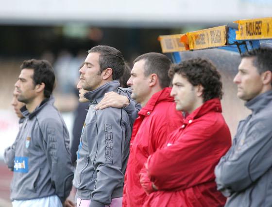 El banquillo del Xerez, como todo el estadio, guardó un respetuoso minuto de silencio en memoria de Pablo Porta y del padre del jefe de segruidad del club.   Foto: Pascual