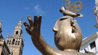El artista posa bajo una de sus esculturas.  Foto: Juan Carlos Vazquez