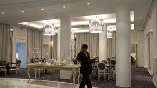 Un empleado cruza el comedor del hotel.  Foto: Jaime Martinez