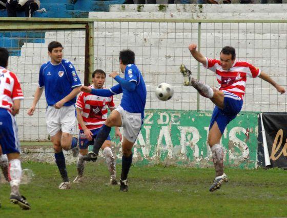 El partido destacó por su intensidad, a pesar de la lluvia.   Foto: La Otra Foto