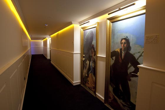Los pasillos del hotel están decorados por obras de autores de renombre.  Foto: Jaime Martinez