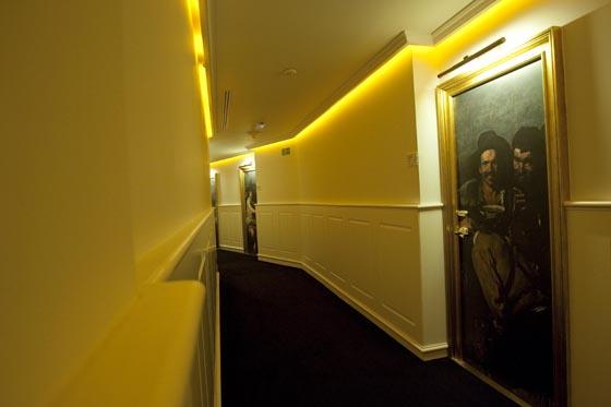 Los pasillos están decorados por obras de autores de renombre.  Foto: Jaime Martinez