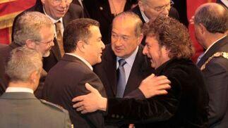 Enrique Morente recibe la felicitación de sus compañeros.  Foto: Miguel Rodr?ez