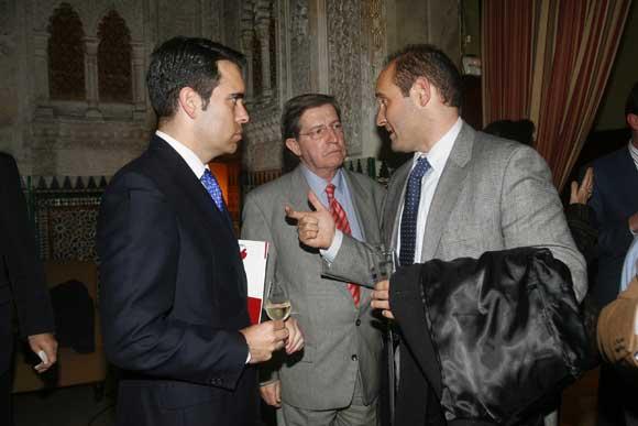 Los concejales gaditanos Evelio Ingunza y Juan José Ortiz conversan con Rafael Navas, director de Diario de Cádiz.  Foto: Joaquin Hernandez Kiki