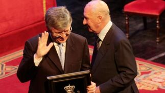 El representante de la Federación de Comercio agradece la medalla de plata recibida.   Foto: Miguel Rodr?ez