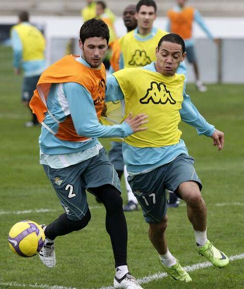 Olievira disputa un balón en el entrenamiento.  Foto: Antonio Pizzaro