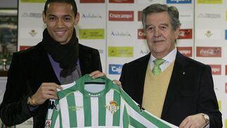 Oliveira sostiene su nueva equipación en la presentación ante la prensa.  Foto: Antonio Pizzaro