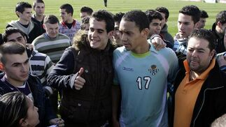 Oliveira posa junto a varios aficionados.  Foto: Antonio Pizzaro