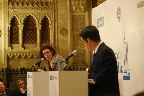 Maite Pagazaurtundúa contesta a las preguntas en el debate que estuvo moderado por el director de 'Diario de Cádiz', Rafael Navas.  Foto: Joaquin Hernandez Kiki