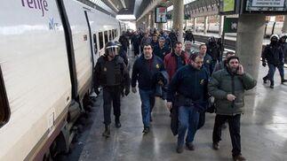La Policía custodia las vías del AVE de los manifestantes de Bolidén.  Foto: Jaime Martinez