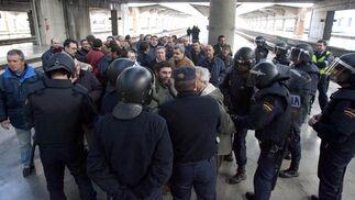 Los manifestantes dialogan con los agentes de Policía Nacional junto a las vías del AVE.  Foto: Jaime Martinez
