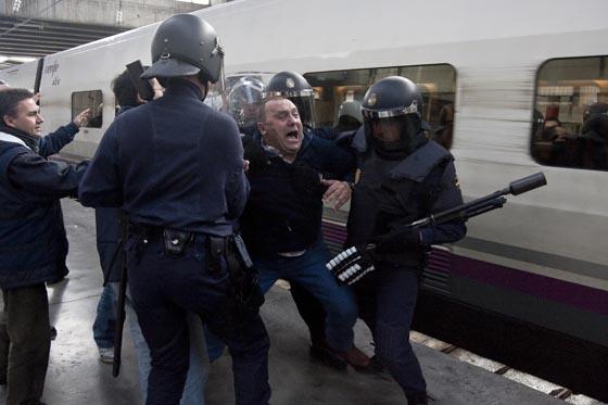 La Policía tiene que hacer uso de la fuerza para reducir a algunos de los manifestantes.  Foto: Jaime Martinez