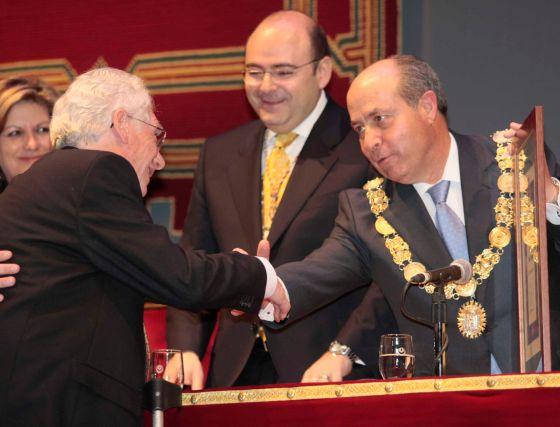El alcalde felicita a uno de los condecorados en presencia de Sebastián Pérez  Foto: Miguel Rodr?ez