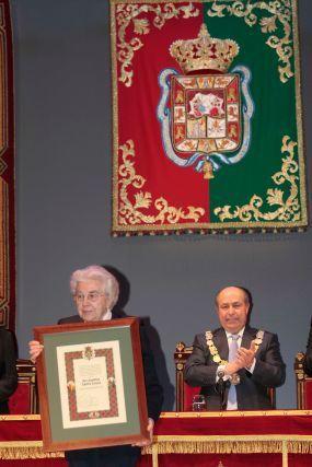 Uno de los diplomas fue destinado a la religiosa Josefina Castro.  Foto: Miguel Rodr?ez