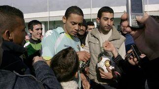 La multitud entusiasmada rodea al jugador bético, Ricardo Oliveira.  Foto: Antonio Pizzaro