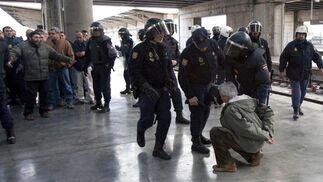 Un manifestante es requerido por los agentes de la Policía Nacional.  Foto: Jaime Martinez