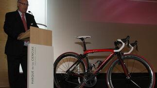 La presentación tuvo una gran expectación y contó con la presencia del consejero de Turismo, Comercio y Deporte, Luciano Alonso. / Pepe Torres.  Foto: Granada Hoy