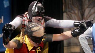 Unos envejecidos Batman y Robin, de la chirigota Los superolvidaos.   Foto: Jesus Marin
