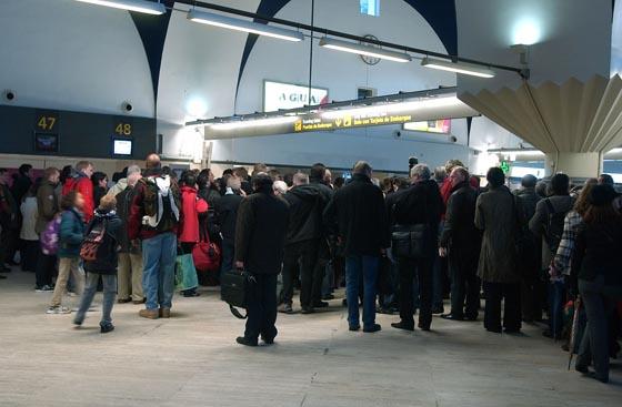 Multitud de personas esperan la salida de sus aviones después de regresar al aeropuerto.  Foto: Manuel Gomez