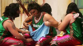 Original tipo, medio flamencos medio baloncestistas, de la chirigota Los taranto raptors.  Foto: Jesus Marin