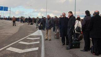 El cierre del aeropuerto de San Pablo ha obligado a multitud de personas a permanecer en los arcenes de la carretera.   Foto: Manuel Gomez
