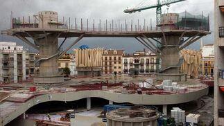 """Una de las pasarelas situada entre dos de los parasoles, con dos de las -casi- terminadas """"Setas"""". Abajo, aspecto de lo que será la cristalera del mercado, aún en proceso construcción.  Foto: Manuel Gómez"""