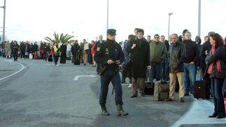 Los ciudadanos siguen al policía en busca de una solución.  Foto: Manuel Gomez